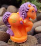 recherche principale de Mapeline : des poneys et leurs accessoires  134px-Orange-purplehair-teapot